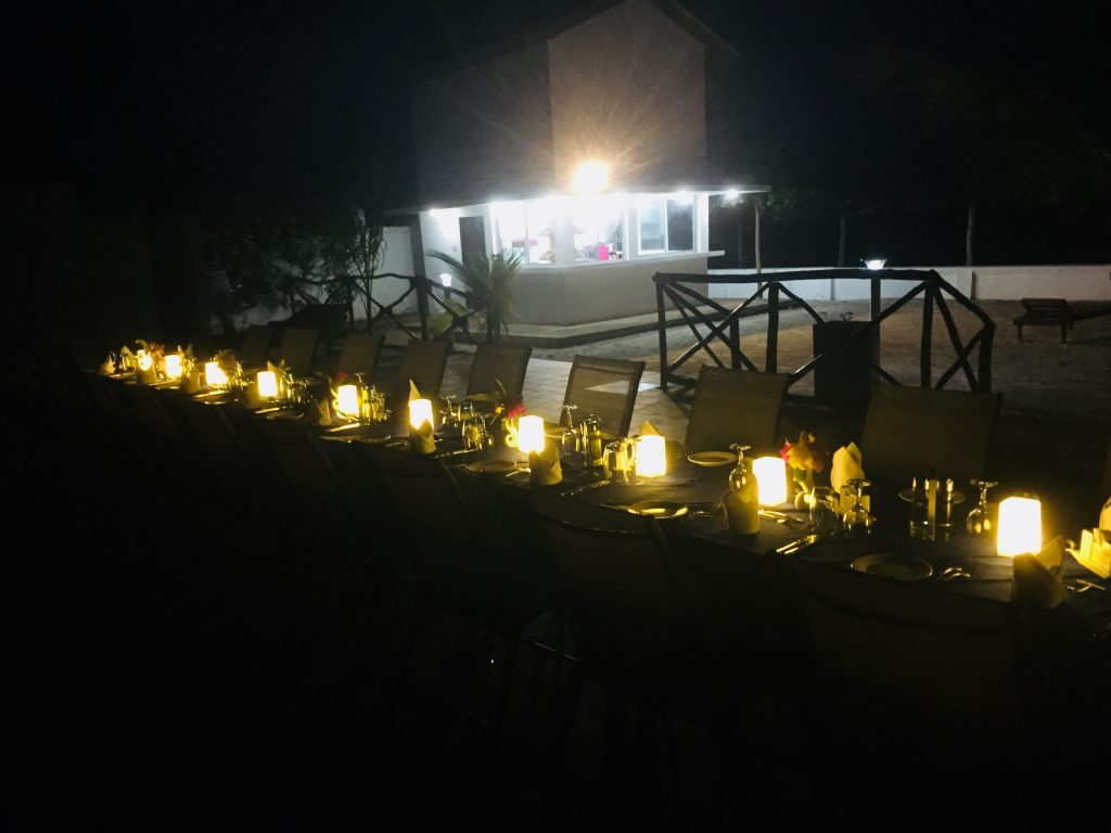 Mandhari Villa - Poolbar at night